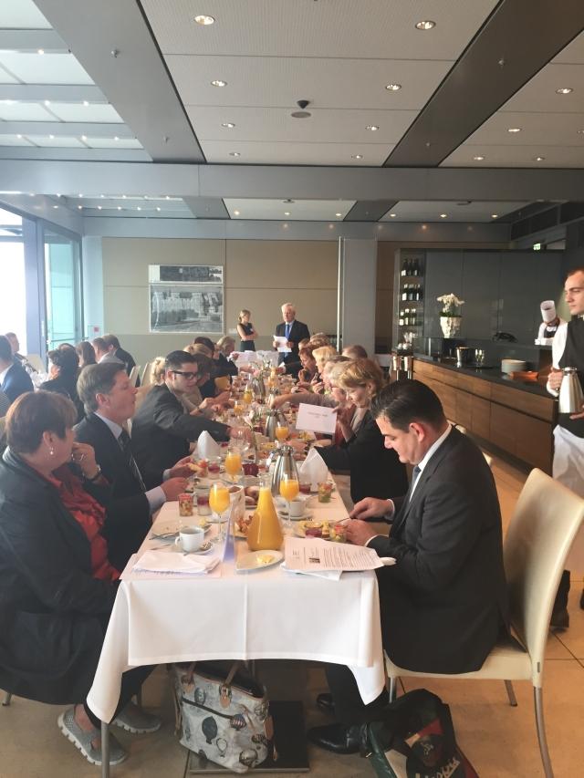 Eingeladen zum parlamentarischen Frühstück hatte die Deutsche Akademie für Kinder- und Jugendmedizin e.V. (DAKJ).